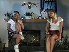 Atléticas Coed lesbianas follando en el gimnasio. Esto es más que el típico trabajo de Jeanie Rivers y Dayton Rains. Se encuentran hacia fuera en el gimnasio, y es como una química instantánea para estas dos chicas bisexuales. Que no son exactamente usand