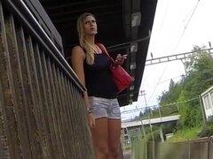 Cameltoe tight shorts y piernas sexy, chica rubia en pantalones cortos negro superior y apretados jeans tiene buen cameltoe y piernas sexy como ella espera el tren.