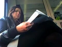 Solo voyeur video muestra una chica hermosa, morena de ojos azules se ve preciosa en este video de voyeur solitario. Se la ve montando un autobús, mientras se viste seductoramente.