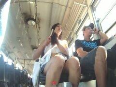 Video de Upskirt cuenta con una sexy chica joven en un autobús.