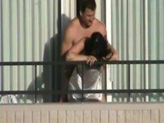 Capturado hombre enorme follando su Cutie en el balcón!, mi vecino impresionante tiene un gorila de un esposo y ella simplemente disfruta follando ese behemoth. Puesto que ella sabe que yo estoy mirando ella a menudo lo folla en un balcón para que pueda v