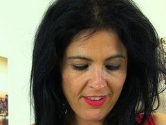La milf española Montse Swinger se quita las medias