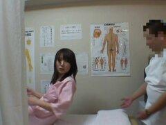 Una chica asiática fresca consigue algún masaje de doggy-estilo, un hombre médico cachondo quiere no sólo a esta chica de masajes pero frotar y dedos su coño y sus tetas. Ella no cuenta y lo deja hacer lo que quiera para una cámara oculta espía médico.