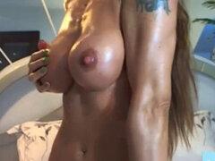 Músculo Milf En La WebCam. Músculo Milf En grandes tetas webcams WebCam muscular de las mujeres