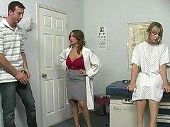 Putita doctora muy tetona Sienna West obtiene sus grandes tetas folladas por una dura polla