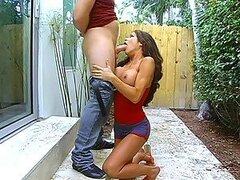 Caliente MILF insaciable se atraganta con la verga dura de su marido mientras le come su concha
