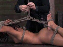 Negras guarras frogtie hogtie escena bondage. Negras guarras frogtie hogtie escena bondage mostrando su cuerpazo