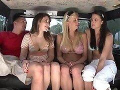 Increíble sexo grupal entre tres chicas muy sexys y un chico en una van