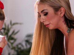 Animadora adolescente seducida por masajista tetona