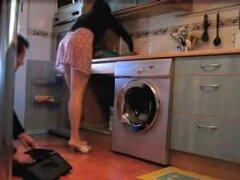 Maravilloso upskirt del ama de casa limpieza de su cocina, incluso al hacer las tareas del hogar este seductor y joven ama de casa intenta usar paños eróticos. Esta vez ella está limpiando su cocina en una corta falda que nos permite admirar su upskirt.