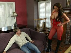 Mujer sexy Marie Phoenix en traje rojo guarda el hombre con coño
