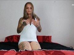 Mi sucio Hobby - chica tatuada tetona consigue sucio y engrasado