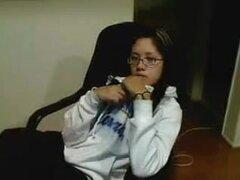 Asian teen con gafas masturbacion, un agradable adolescente asiático con gafas tiras en este video de webcam. Ella saca su sudadera con capucha, sujetador y bragas y comienza a masturbarse y finger fucking a sí misma para la felicidad